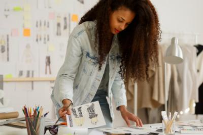 Vous souhaitez évoluer dans l'industrie textile ? Rejoignez la formation Couturier à distance de Lignes et Formations !